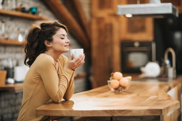 how i love the smell of coffee! - annusare foto e immagini stock