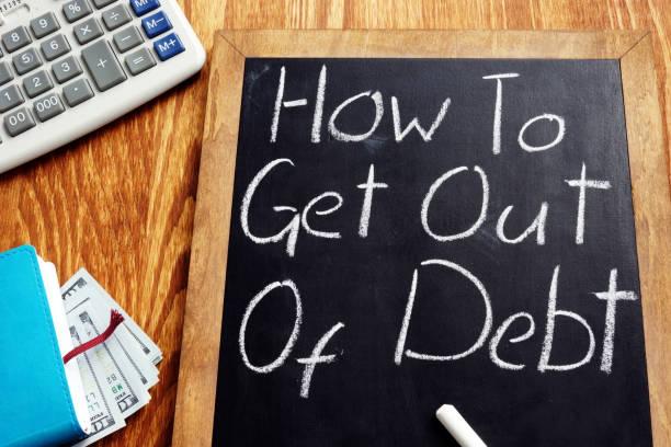 cómo salir de deudas manuscrito en una pizarra. - deuda fotografías e imágenes de stock