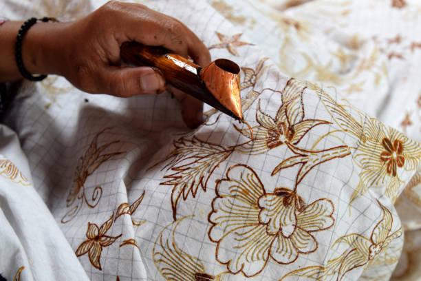 how to make batik - kultura indonezyjska zdjęcia i obrazy z banku zdjęć