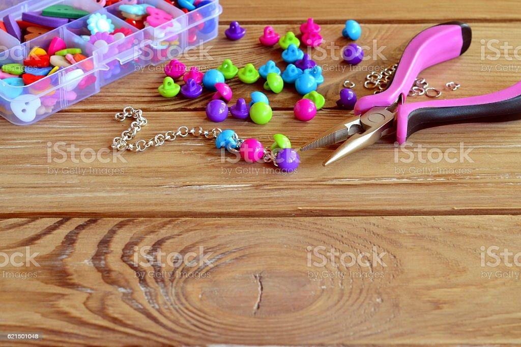How to make bracelet, fun handicraft for kids Lizenzfreies stock-foto