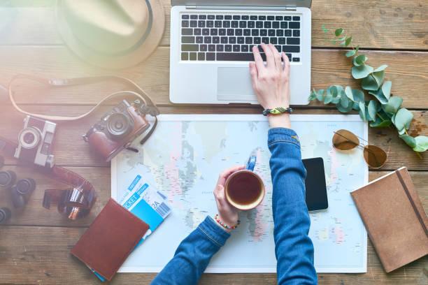 wie urlaub verbringen? - reiseblogger stock-fotos und bilder