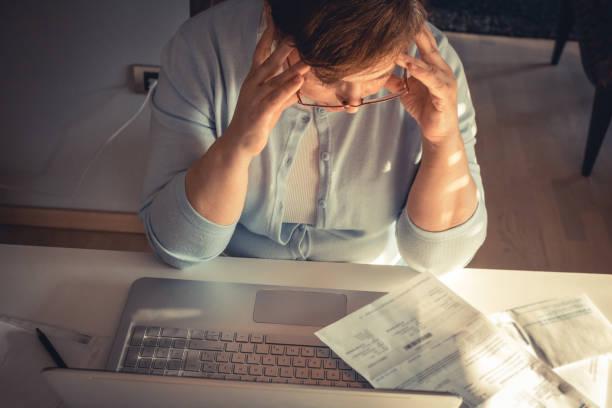 how will i ever get out of this debt? - długi zdjęcia i obrazy z banku zdjęć