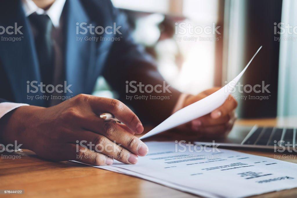 HR Audit Lebenslauf Bewerber Papier und Interview mit Stift und Computer Laptop für Auswahl Humanressourcen zu Unternehmen. – Foto