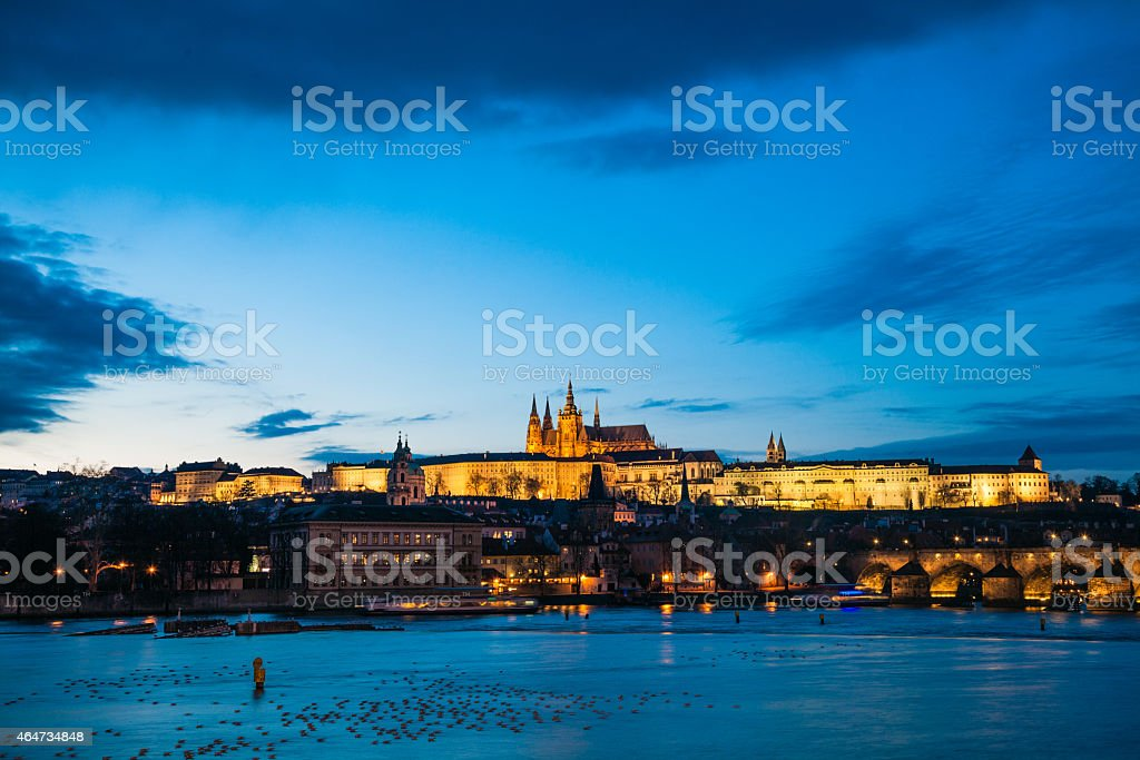 Prager Burg und Karlsbrücke, beleuchtet bei Nacht – Foto