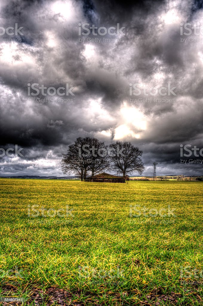 Hütte auf dem Feld stock photo