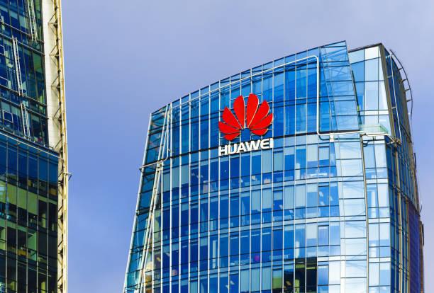 huawei head quarter modern building with red logo - huawei foto e immagini stock