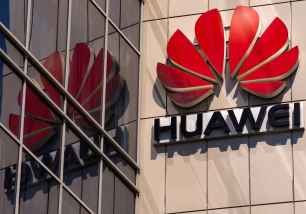 huawei logo, in bucharest, romania. - huawei foto e immagini stock
