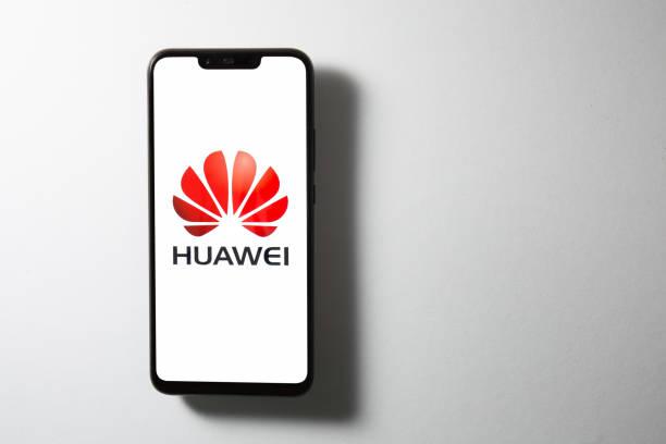 huawei logo on screen of huawei nova 3i with white background - huawei foto e immagini stock