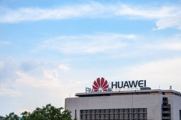 huawei logo on their office for serbia in belgrade. huawei technologies is a chinese networking and telecommunications equipment company - huawei foto e immagini stock