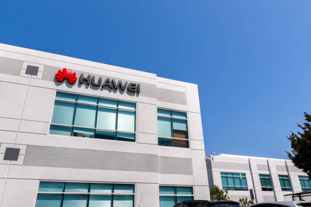 Huawei office building in Silicon Valley June 3, 2019 Santa Clara / CA / USA - Huawei office building in Silicon Valley; Huawei is a Chinese technology company that provides telecommunications equipment and sells consumer electronics, such as smartphones huawei stock pictures, royalty-free photos & images