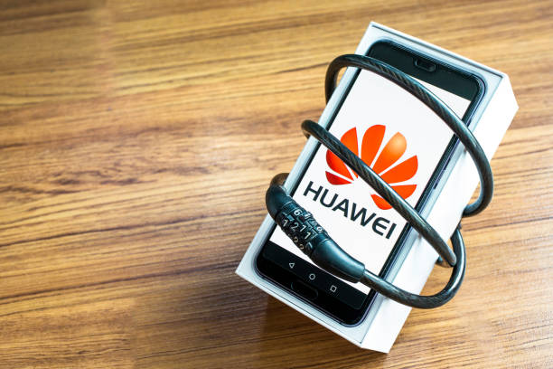 huawei phones with decoders on artificial wood flooring in the home, huawei security issues, business crises, huawei logo screens - huawei foto e immagini stock