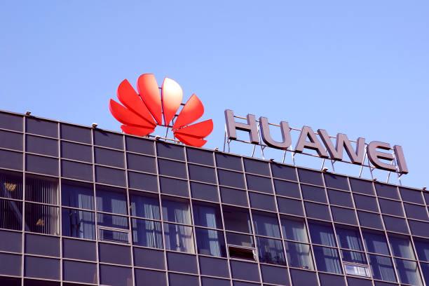 huawei telecom company logo on office building  against clear blue sky - huawei foto e immagini stock