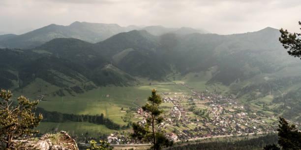 hubova 마 wth 시골 주위 풍경과 슬로바키아에서 velka fatra 산에서 havran 언덕에서 배경에 언덕 - 벨리카 파트라 뉴스 사진 이미지