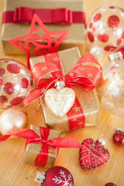 huebsch verpackte geschenk zu weihnachten - weihnachten stok fotoğraflar ve resimler