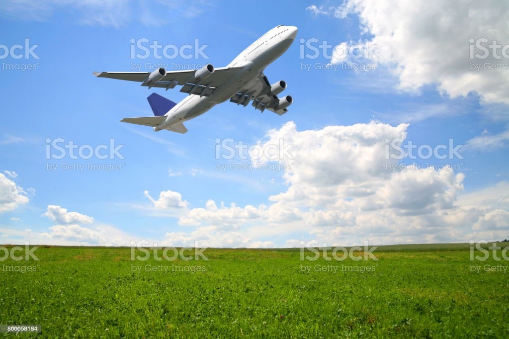 Riesige Verkehrsflugzeug im Sommer-Natur-Szene – Foto