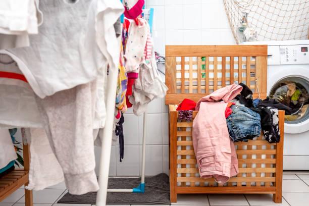 Riesige Wäsche trocknet im Bad – Foto