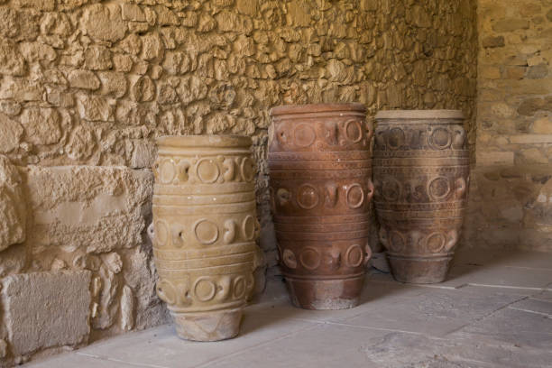 Huge ancient clay vases and camphor. Old dishes, camphor and pitchers. Storage of wine and food. Palace in Knossos, Greece. – zdjęcie