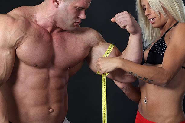 gran biceps - hombres grandes musculosos fotografías e imágenes de stock