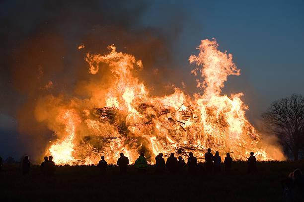 großes lagerfeuer mit ostern - osterfeuer stock-fotos und bilder