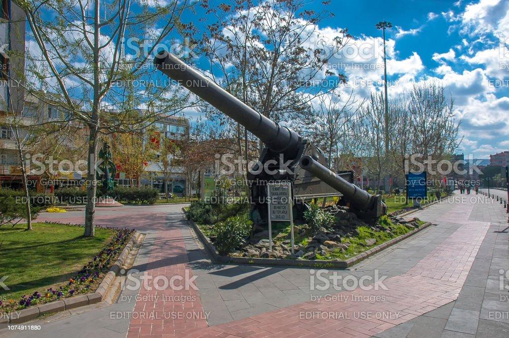 Énormes canons de la bataille de Gallipoli, dans le centre de la ville de Canakkale, Turquie - Photo