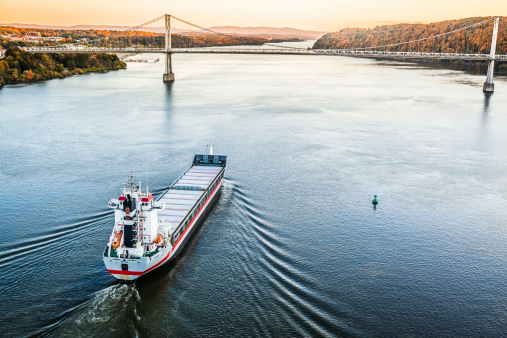 483418977 istock photo Huge cargo ship at the Hudson River 498529267