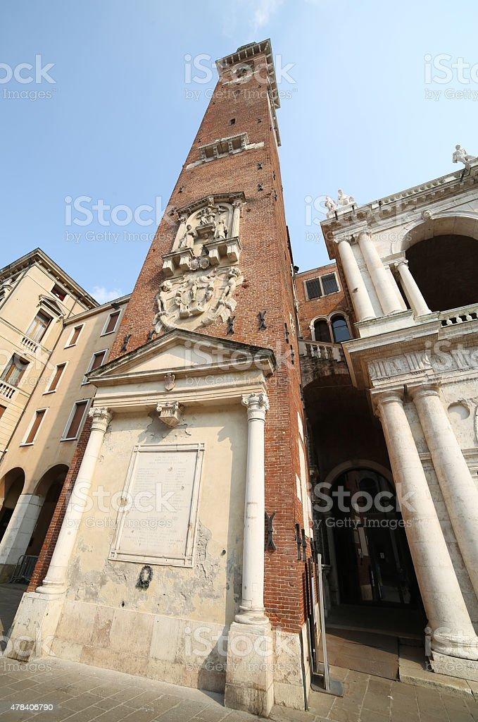 Grande torre dell'orologio della Basilica di San Pietro nella città italiana palladiane - foto stock