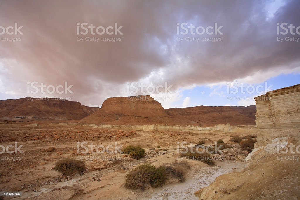 Enorme cloud. Primavera sul Mar Morto foto stock royalty-free