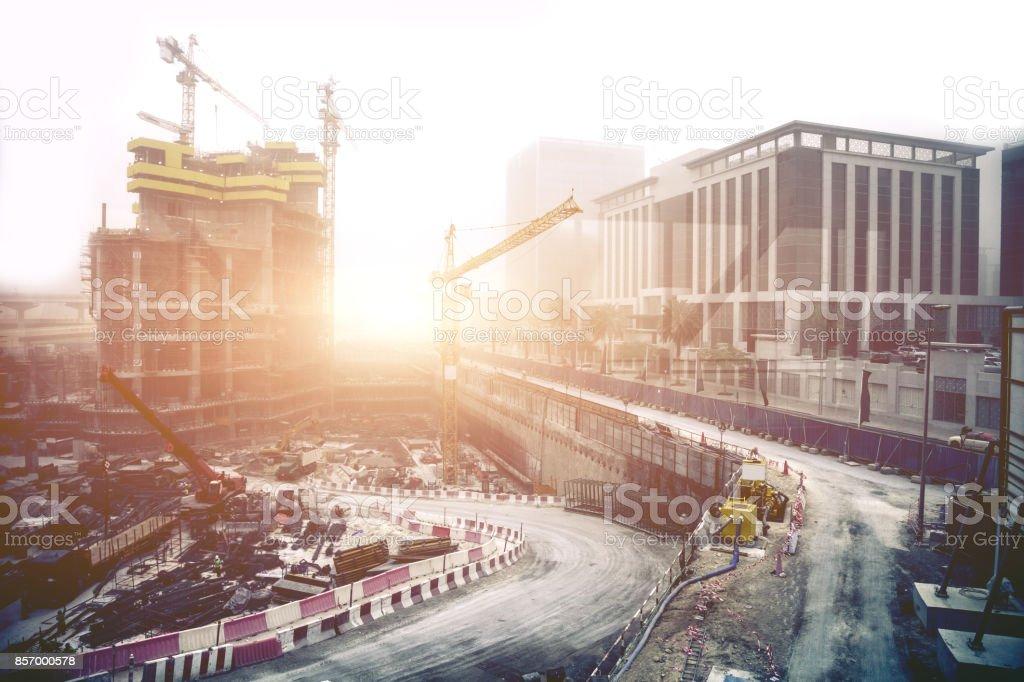Enorme kranen en bouwplaatsen in Dubai - UAE foto