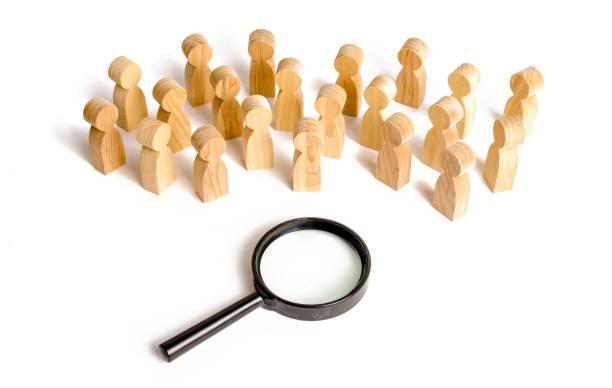 große masse der menschen stehen in der nähe eine lupe auf einem weißen hintergrund. suche nach arbeit. human resources management. konzept der suche nach menschen und arbeitnehmer. soziologie und psychologie - soziologie stock-fotos und bilder