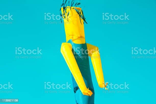 Riesige Figur Von Aufblasbarem Türkisfarbenem Und Gelbem Röhrenmann Skydancer Der Sich In Der Luft Auf Blauem Himmel Bewegt Kinderfest Im Stadtpark Authentisches Lifestylebild Kopierraum Stockfoto und mehr Bilder von Aufblasbarer Gegenstand