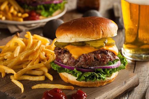 Huge Grass Fed Bison Hamburger With Chips Beer Stockfoto en meer beelden van 2015