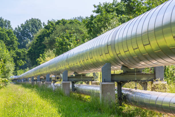 Huge metal gas pipeline transporting gas - foto stock