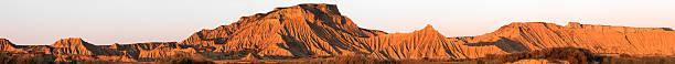 Große Panorama von Bardenas Reales Wüste in der Abenddämmerung – Foto