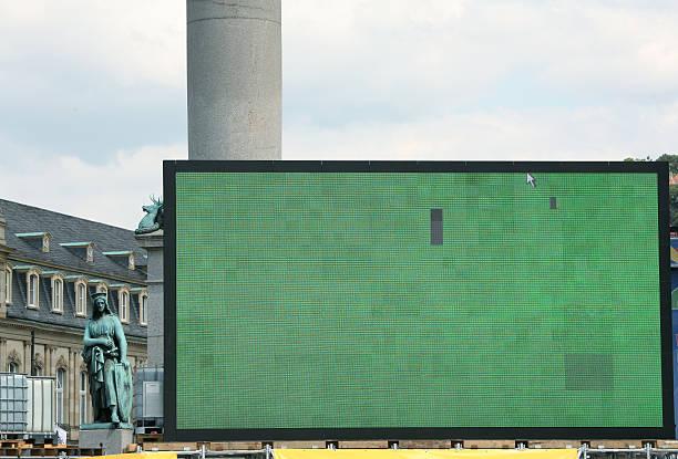 riesige öffentliche anzeige bildschirm - große leinwand stock-fotos und bilder