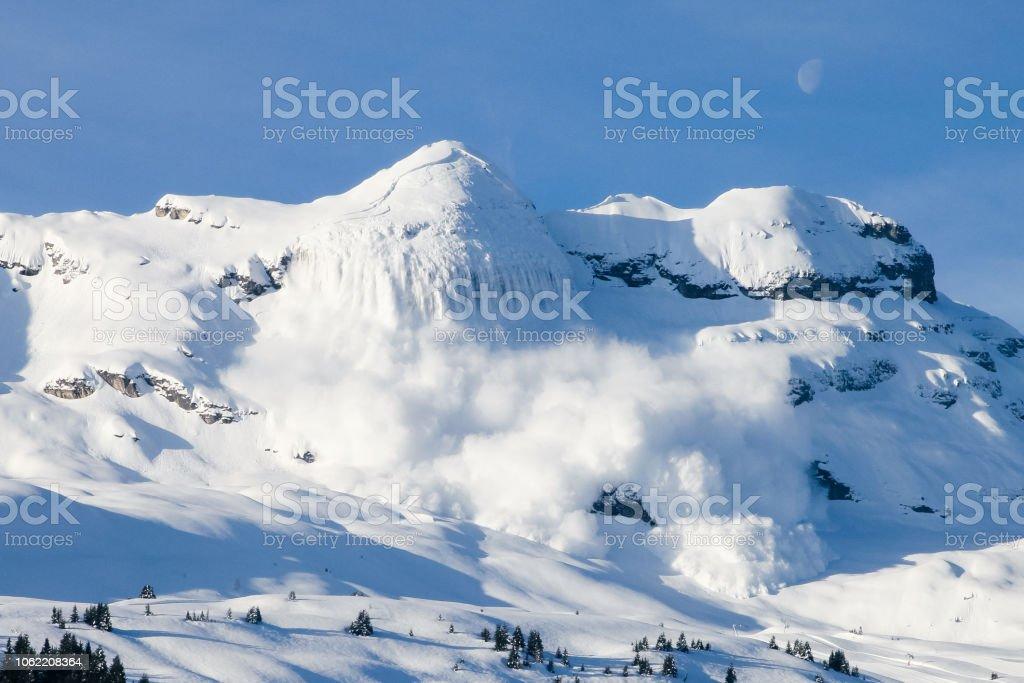 Enorma Riktiga Lavin I De Franska Alperna Med Manen Och Bla Himmel Foton Och Fler Bilder Pa Alperna Istock