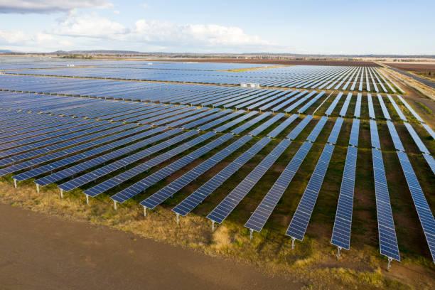a huge solar farm - queensland foto e immagini stock