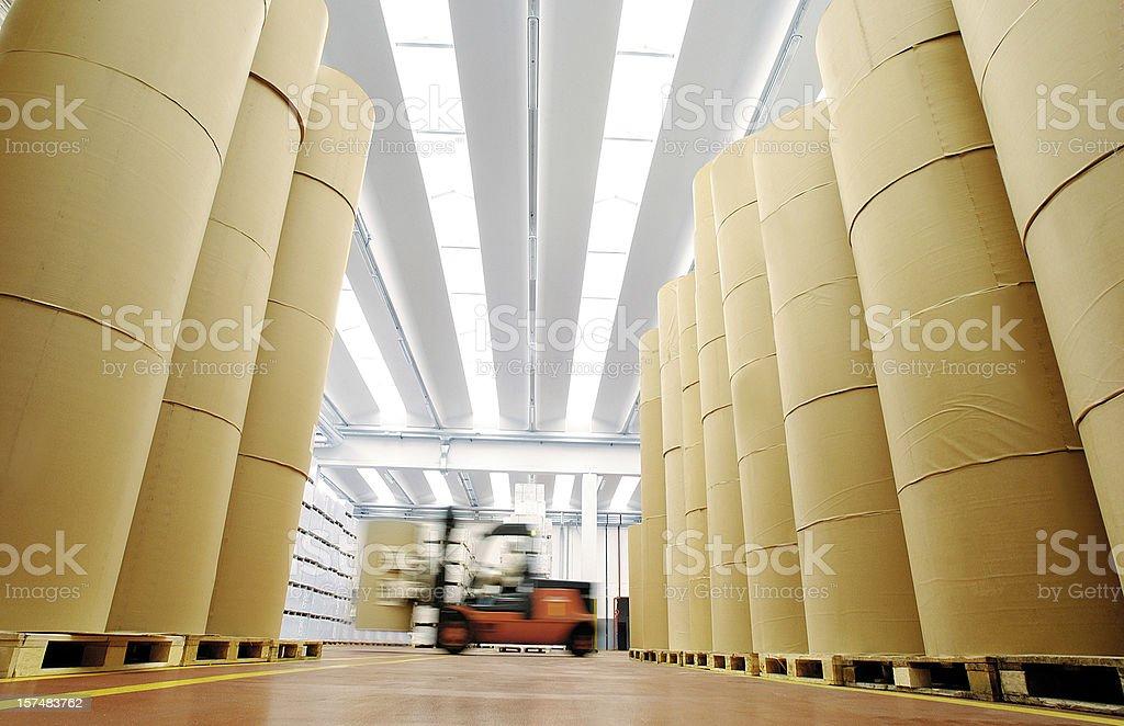 Enorme bobine di carta in magazzino di un'azienda di stampa - Foto stock royalty-free di Attrezzatura industriale