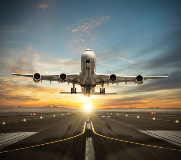 toma de avión comercial dos plantas enormes de la pista. - avión fotografías e imágenes de stock