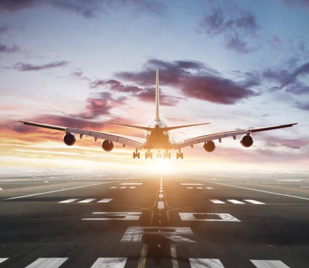 huge two storeys commercial jetliner taking of runway - lądować zdjęcia i obrazy z banku zdjęć