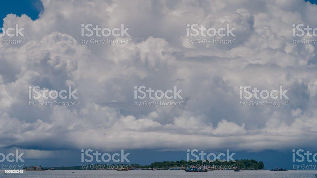 Enorme witte wolken boven poort in Waisai, Waigeo, Raja Ampat, West-Papoea, Indonesië - Royalty-free Afgelegen Stockfoto