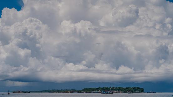 Enorme Witte Wolken Boven Poort In Waisai Waigeo Raja Ampat Westpapoea Indonesië Stockfoto en meer beelden van Afgelegen