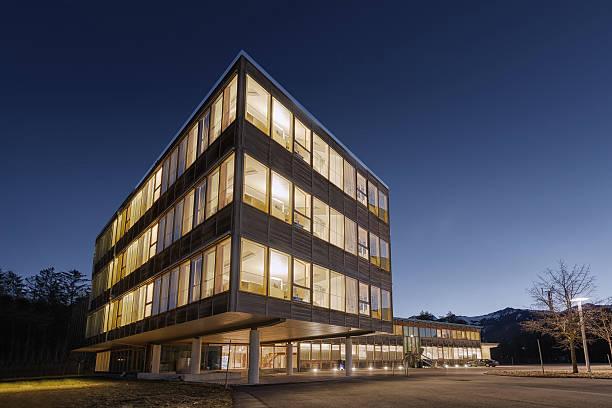 Große hölzerne timber nachhaltige Bürogebäude im Morgengrauen – Foto