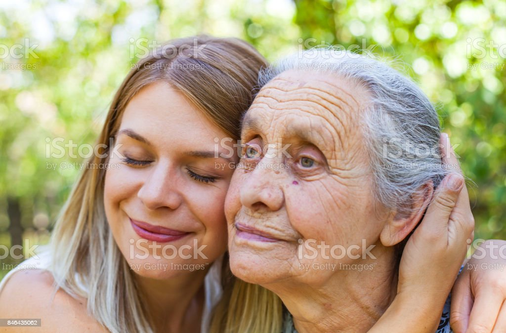 Oma im Park umarmt – Foto