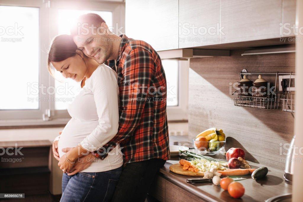 Caresses dans la cuisine - Photo