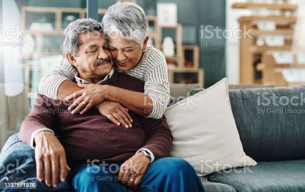 Hugs All The Way - Fotografias de stock e mais imagens de 60-69 Anos