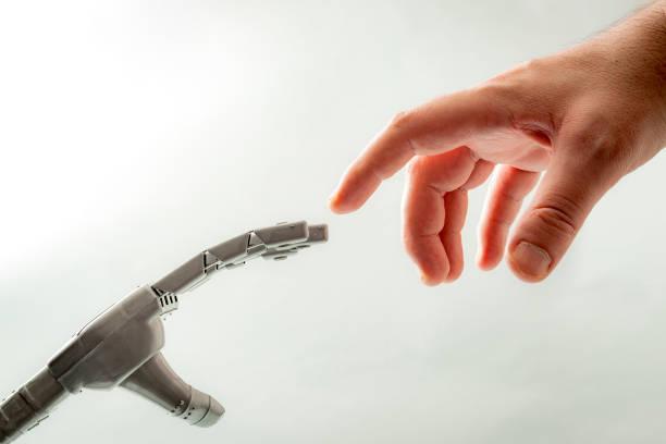 människa och robot tema med en modern snurr på den skapelsen av adam av michelangelo, där i stället för gud ger liv åt adam, en människa ger liv åt hans skapelse en robot - adam hand god bildbanksfoton och bilder