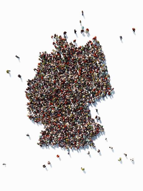 menschliche masse bilden eine deutschland-karte: bevölkerung und social-media-konzept - demographie deutschland stock-fotos und bilder