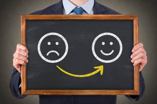 Menschliche Zeichnung unglücklich und glücklich auf Tafel – Foto