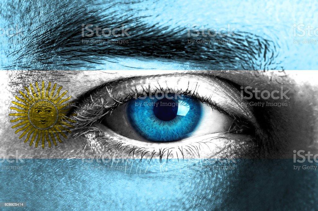 Cara humana pintados con bandera de Argentina - foto de stock