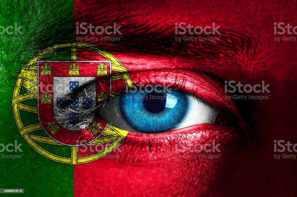 O rosto é pintado com bandeira de Portugal - foto de acervo